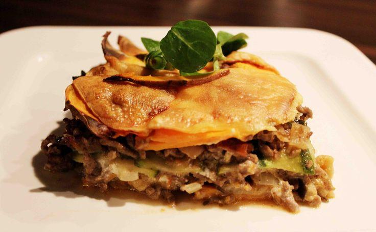 Lasagne wordt normaal gesproken gemaakt van lasagnebladen, wat eigenlijk helemaal geen must is voor een lekkere lasagne. Van aubergine, courgette en zoete aardappel kun je dunne plakken snijden, die vervolgens dienen als lasagne 'bladeren'. Een simpel, gezond en lekker alternatief! Lasagne maak ik vaak wanneer ik eters op bezoek krijg.... Read More →