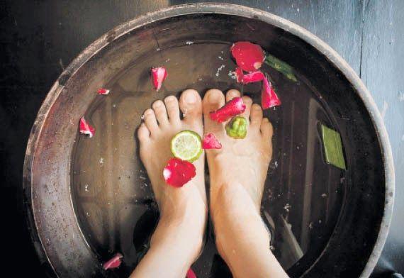 Aliva tus pies y elimina su olor poniéndolos a remojo en té +info http://www.iloveteacompany.com/2014/03/pies-frescos-y-olorosos-gracias-al-te.html