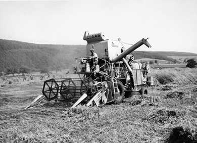 The Hercules was the first self-propelled Claas combine After exhaustive testing, Claas launched its first self-propelled combine harvester in 1953. The 'Hercules' was a resounding success, able to harvest up to 1ha/hour.