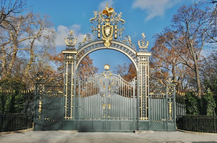 """L'entrée Sud du Palais de l'Elysée est ornée d'une porte monumentale appelée """"Grille du Coq"""", offerte par l'Espagne. Elle est surmontée d'un coq doré à l'or pur. Cette grille ne s'ouvre que très rarement, notamment lors de la Journée du Patrimoine, mais également pour laisser passer le Président de la République, à l'occasion des commémorations du 8 mai, du 11 novembre et lors de la prise de fonction d'un nouveau président de la République."""