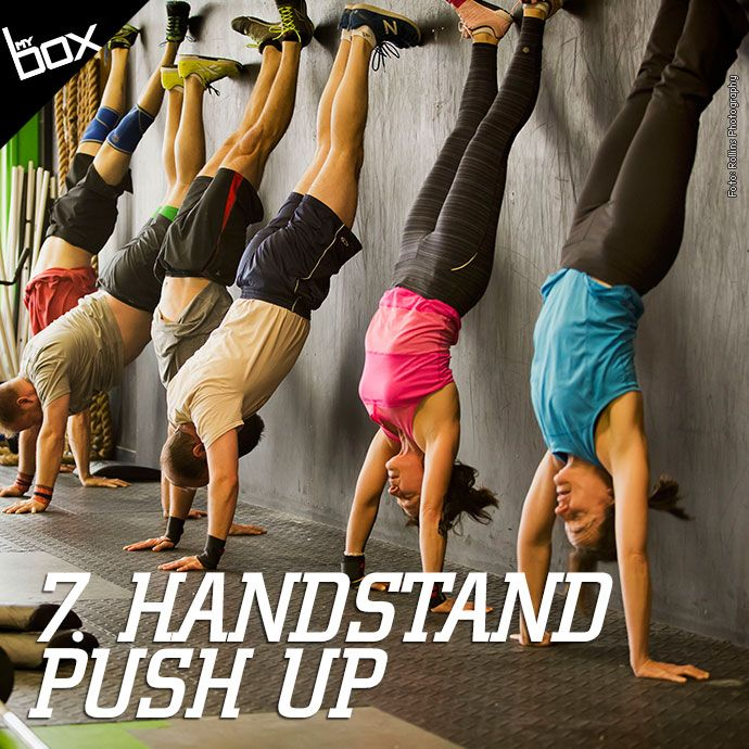 Para completar este movimento, você deve abaixar o corpo para o chão, de modo que sua cabeça toque o solo abaixo. Em seguida, empurre-se para cima com a ajuda das pernas e estique os cotovelos. Depois, dobre os cotovelos e encoste a cabeça no chão, trazendo os joelhos próximos ao cotovelo. Para finalizar o HSPU, jogue as pernas com força para cima com a ajuda do core e estique novamente os cotovelos. Os calcanhares ficarão encostados na parede e o bumbum levemente para fora.