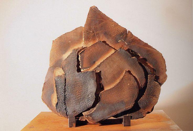 Maria Cristina Carlini - Paesaggio etrusco, 2004 grès, ossido di ferro, oro, cm 97x95