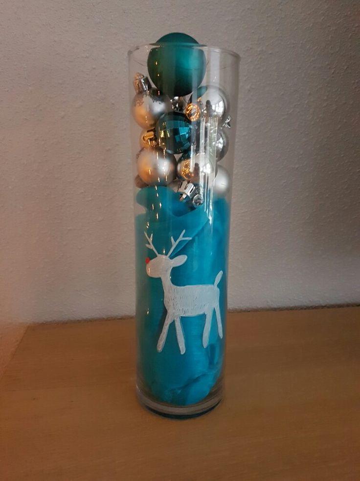 Vaas gevuld met tulle en kerstballen. Met krijtstift een rendier er op getekend