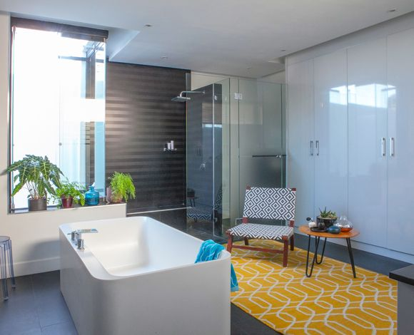 HOUSE FRIEDMAN  The Advantage bath from Boutique Baths is the focal area of the bathroom together with an indoor Zen garden created by the pot plants in custom made hand-glazed ceramics from Solstice. #capetownbathrooms #bathrooms #bath