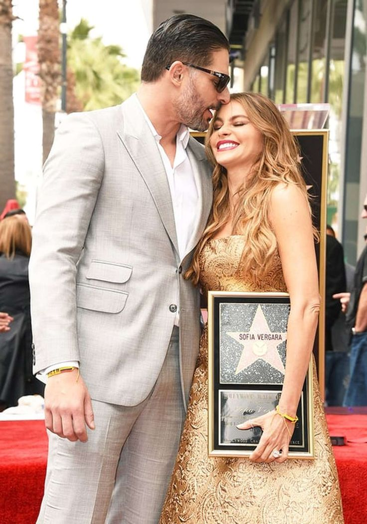 https://starnote.ru/life/celebrity-couples/sofija-vergara-i-dzho-manganello-15-trogatelnyh-foto-pary/