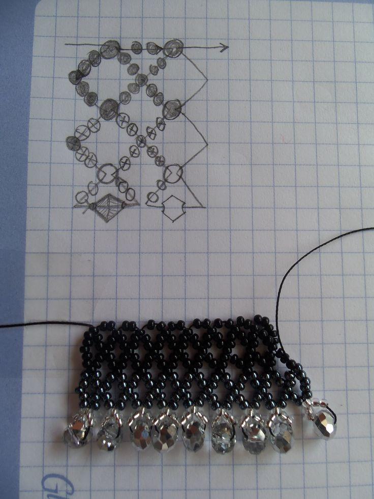 Plano de collar tejido en red, el tejido da la forma del cuello en la medida que se teje. Se teje hasta completar la circunferencia del escote.