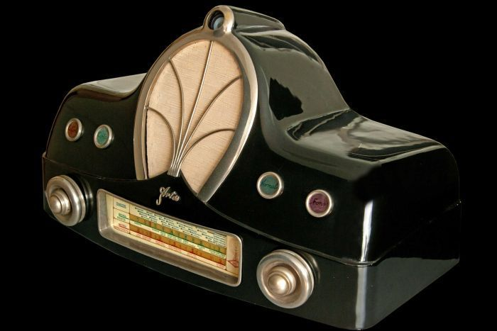 The Sheik of Qatar has made an offer on a 30-piece art deco radio collection belonging to a Sydney dentist. Among the collection's pieces is this Artes AR3 radio.