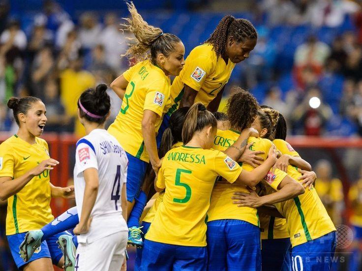 女子サッカーW杯カナダ大会・グループE、ブラジル対韓国。マルタのPK成功を喜ぶブラジル代表(2015年6月9日撮影)。(c)AFP/Getty Images/Minas Panagiotakis ▼10Jun2015AFP マルタが歴代最多得点!ブラジルが韓国下す、女子サッカーW杯 http://www.afpbb.com/articles/-/3051209 #2015_FIFA_Womens_World_Cup
