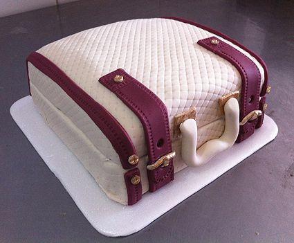 Esta es una deliciosa Torta de Maleta rellena de frutos rojos !!!!