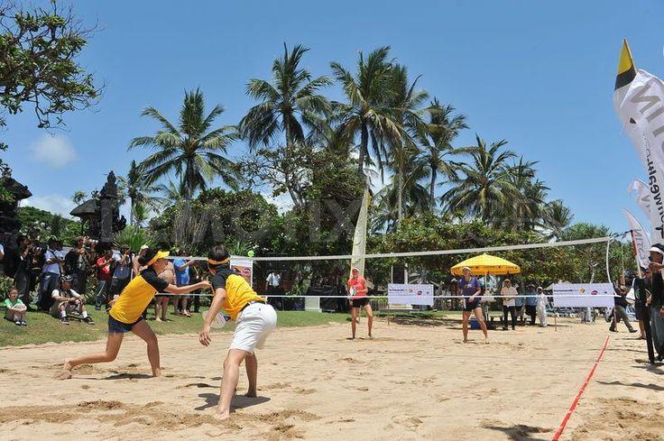 На территории почти каждого отеля посетителя увидят теннисные корты. Каждый год на Бали проходят теннисные турниры. Желающие обучиться теннису могут пройти тренировочные курсы в сопровождении с профессиональными тренерами.