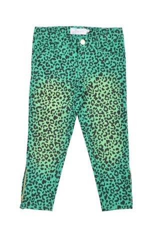 Pantalón tipo denim para niña en color verde y con estampado de leopardo. Bolsillos adelante y atrás.