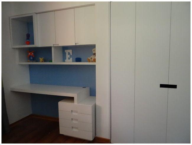 Mueble escritorio, repisa y puertas enchapadas Closet con tirador vacío. Puertas enchapadas.