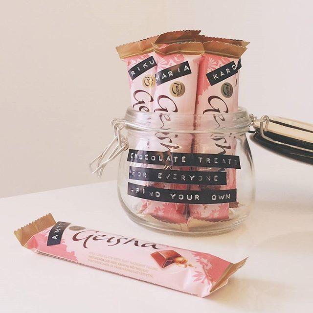 Personoitu pikkupurtava piristää  #FazerGeisha #suklaa #suklaalahja