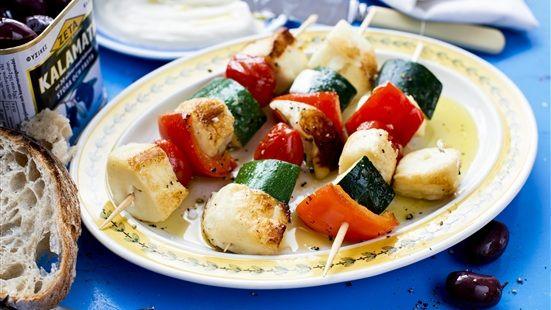 Skär halloumin i bitar ca 2 x 2 cm. Skär grönsakerna i bitar lagom stora att trä på spett. Trä upp ost och grönsaker på spett och stek runt om i olja i ca 5 minuter. (Eller lägg direkt på grillen.) Blanda Yoghurten med pressad vitlök och lite olivolja. Servera spetten med yoghurtsås och lite oliver.