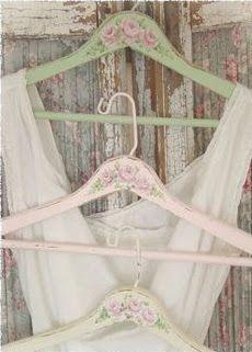 Perchas decoradas y personalizadas para el vestido de novia y de las damas de honor