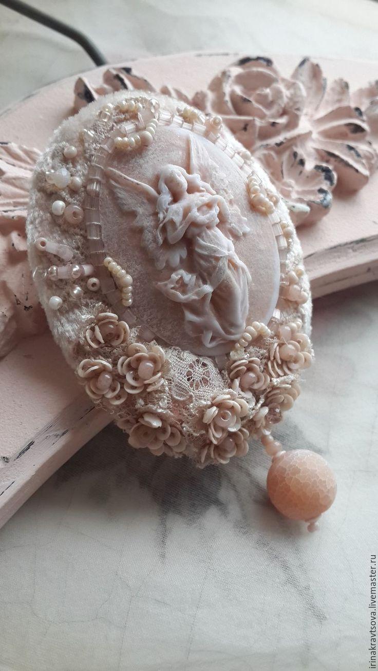 Купить или заказать Брошь-камея delicate terracotta 2 в интернет-магазине на Ярмарке Мастеров. Камея, по оттенкам и фактуре, как цветочные вазы на морских террасах, выбеленных на солнце и тронутых соленым ветром. Вышивка по шелковому бархату и гипюру мелкими французскими пайетками-чашечками, создающими объёмные завитушки, бисером и кристаллом Сваровски, деликатно прикрытым кружевом. Авторская, сюжетная камея расположена, слегка ассиметрично, как и крупная бусина матового агата.