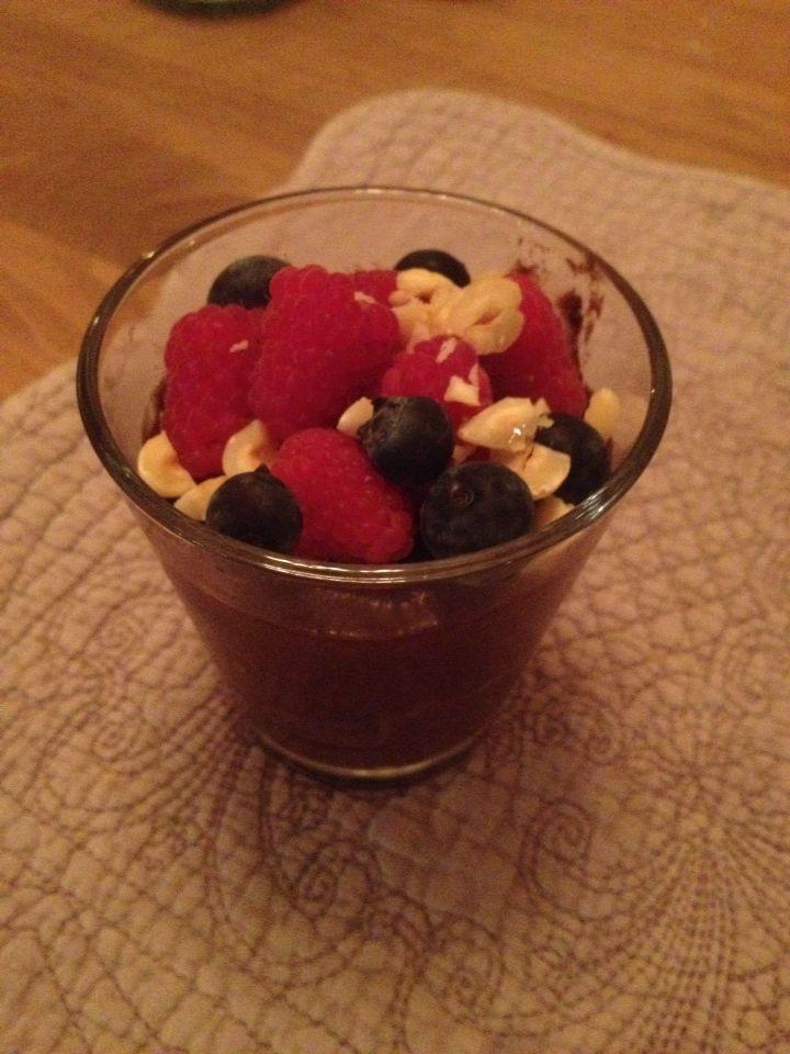 Healthy chocolade mousse gemaakt van avocado en banaan met vers fruit.