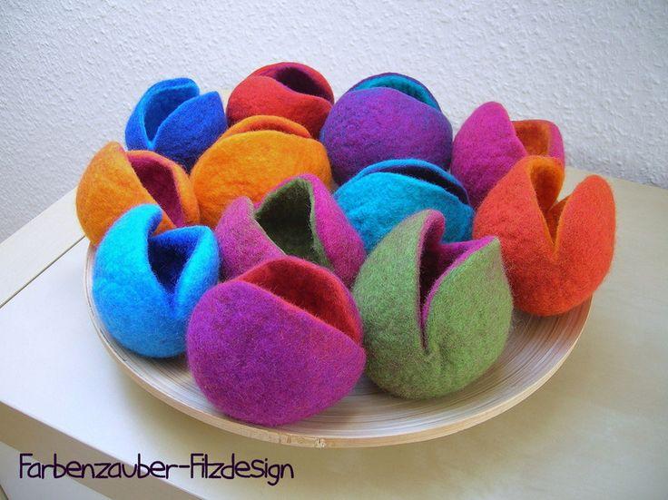 Ups, dem Ei wird kalt - 2 Eierbettchen klein, blau von Farbenzauber-Filzdesign auf DaWanda.com