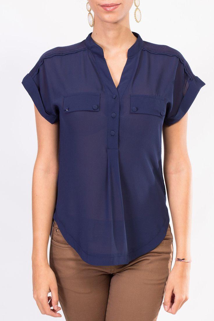 Esta blusa azul marino también puedes encontrarla en beige, solo en KAMI.