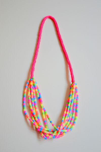 Witzige Kette aus neonfarbenen Bügelperlen und Stricklieselband. Da wird der Sommer buntleuchtend...