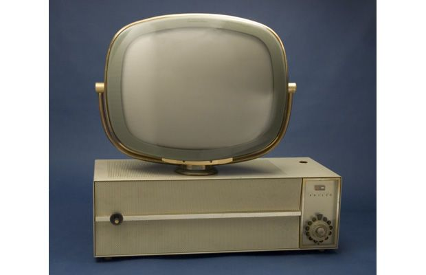 """Philco, Téléviseur (Predicta), 1958 / Philco  """"Philco's Predicta television set was the first TV in America to break away from the standard cabinet format. It was also the first to swivel, allowing the viewer to move the set as needed."""""""