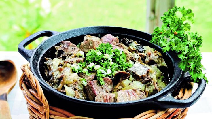 Tee syksyn lihapata sieniaikana tuoreista suppilovahveroista ja muina aikoina kuivatuista sienistä. Sinihomejuusto maustaa…