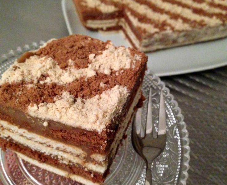 Recept voor een taart met theebiscuit zonder oven. Doe de melk, maizena, suiker, vanillesuiker, koffie en chocolade in een steelpan. Roer op laag vuur tot het mengsel