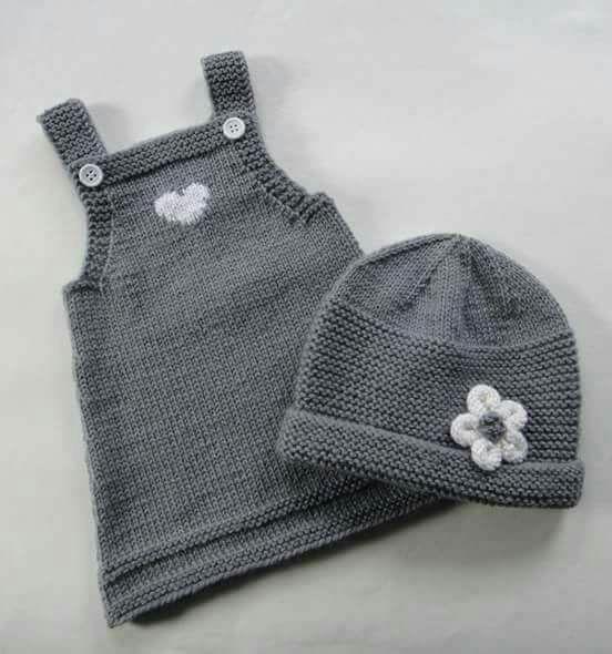 Çiçek ve kalp deseniyle süslenmiş baharlık kolay hoş bir takım. 1 yaş. Alıntıdır. Malzemeler: Koyu gri bebe yünü Süslemek için beyaz Düğme 3 numara şiş Yapıl