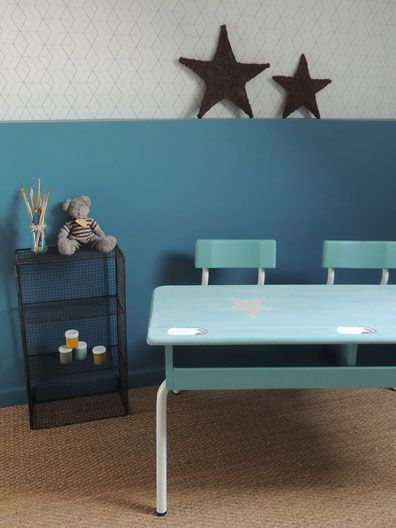 """Meuble rénové / IRENE : table d'écolier revisitée et peinte en bleu et blanc laqué. Plateau patiné blanc sur fond bleu pour un look rétro / vintage. Motifs """"étoile"""" pour une touche ludique et originale."""