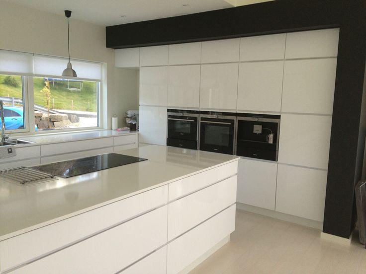 Kjøkken - Mano høyglans hvit, med egensnekret omramming malt i ...