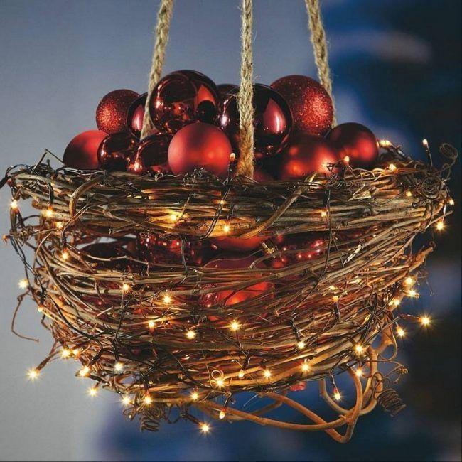 adventsdeko-selber-machen-korb-weidenranken-lichterketten-rote-glaskugeln