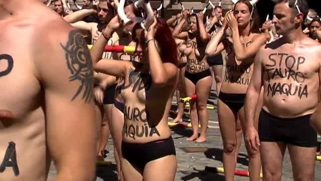 A solo un día de que den comienzo las Fiestas de San Fermín en Pamplona, las organizaciones por la defensa de los animales, AnimaNaturalis y PETA, han organizado - por 14º año consecutivo - una protesta en la Plaza Consistorial para reclamar un 'San Fermín sin sangre'. En el acto han participado un centenar de personas de todas las partes de España y Europa. Los activistas han permanecido de pie con el torso desnudo en el que han escrito lemas contra las corridas de toros, para termin...