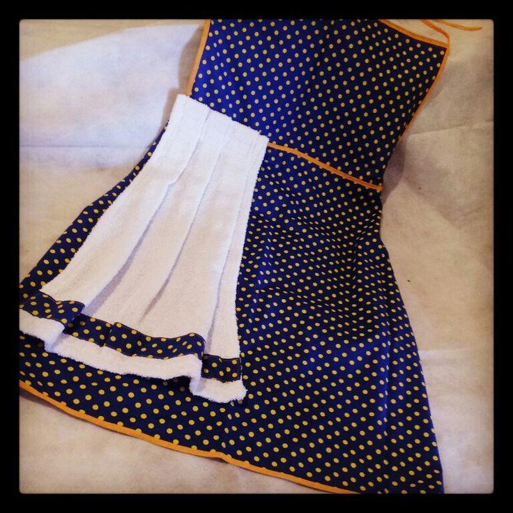 Avental Poá Amarelo com toalha de mão removível - em tecido com fundo azul escuro