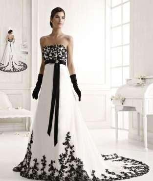 Abito bianco e nero con strascico - Modello senza spalline con ricami neri a contrasto