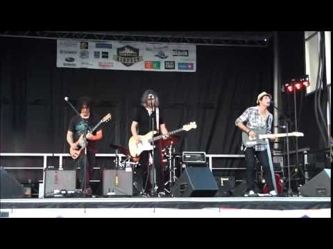 The Fuzzy Bees - Everymove Ribfest Montreal 8/15/2015. Things get hot...speaker's on fire by the end of the song!