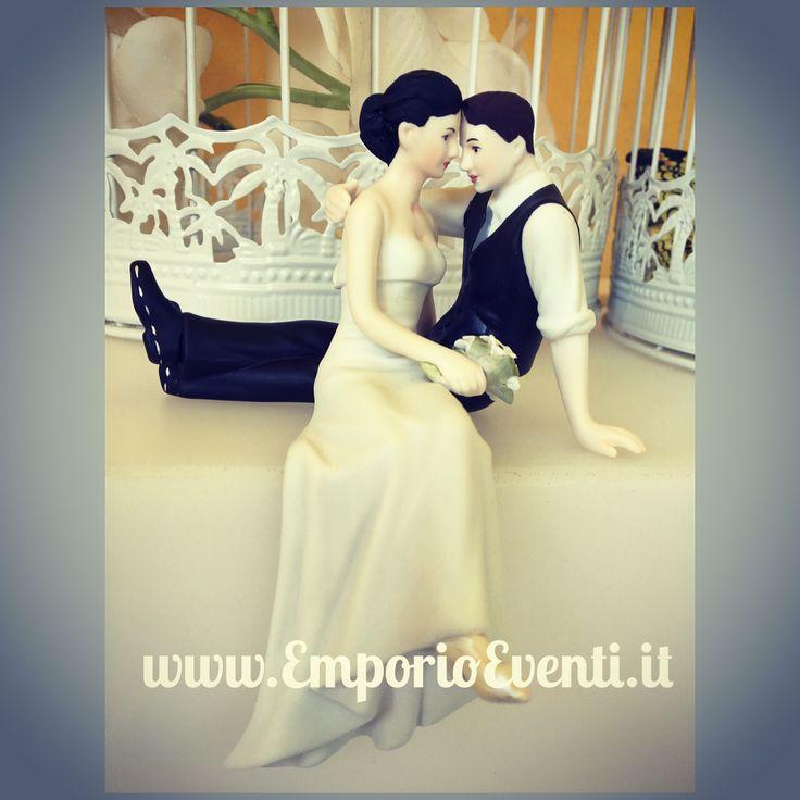 Il look dell'amore con capelli scuri - gli sposi seduti sulla torta #emporioeventi www.EmporioEventi.it #caketoppers #sposi2017 #sposi #nozze  #caketopper #matrimonio2016 #weddingplanner #matrimoniodafavola #celebration #nozze #noidue #nozzeserali #matrimoni #cerimonie #matrimonioitaliano #matrimoniocom #matrimonioroma #matrimoniomilano #statuinatorta #caketopper #sposi #sposa #nozze #eventi #partyideas #matrimoniodafavola #matrimonioitaliano #baseball