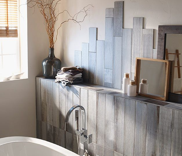 Des lames de carrelage posées en décalé habillent les murs de la salle de bains. Un esprit maison de bord de mer accentué par leur coloris gris. http://www.castorama.fr/store/pages/zoom-sur-carrelage-mural-bord-de-mer.html
