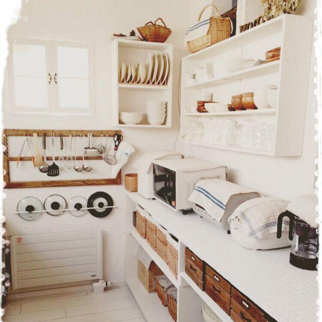 mocoさんの、キッチン,キッチンカウンターDIY,タオルバーを蓋掛けに。。,古い窓枠をキッチンツールに。。,食器棚DIY,みせる収納,キッチン,のお部屋写真