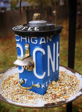 An old licence plate, a metal pie plate and a few extra's and you have a really cool bird feeder......