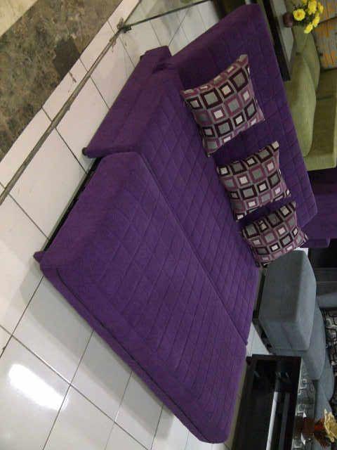 Sofa Bed Minimalis Modern  Sofa Bed menjadi produk yang banyak diminati karena fungsinya yang multi dan desainnya yang cantik. Sofa Bed, seperti namanya, adalah sofa yang memiliki multi fungsi tidak hanya sebagai sofa namun juga bisa dijadikan tempat tidur.