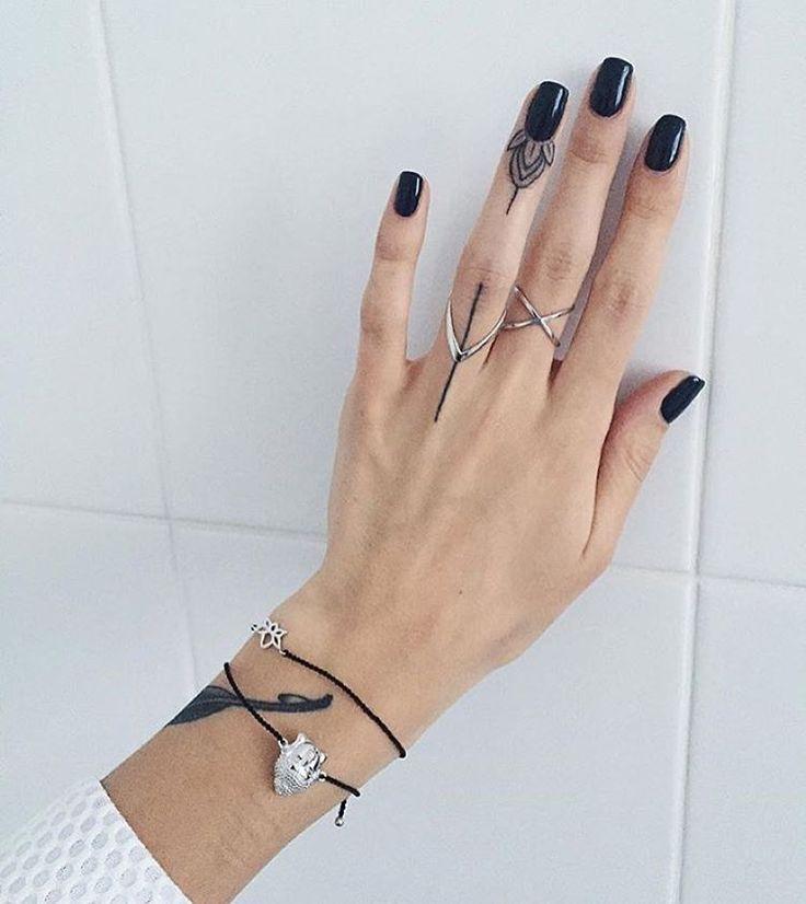 С татуировками на пальчиках всегда связано множество вопросов: стоит ли делать, как будет выглядеть? В своём инста Саша @sashatattooing рассказывает о том, как делала свои тату. #sashatattooingstudio #tattoo #line #work #tattoostudio #artist #linework #blacktattoo #tattoogirl #lotus #flower #art #tattooartist #tattoopeople #tattoorussia