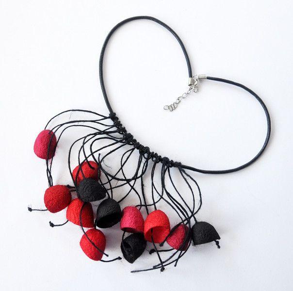 Wisior z jedwabnych kokonów - czerwony i czarny - MalowanyJedwab - Naszyjniki
