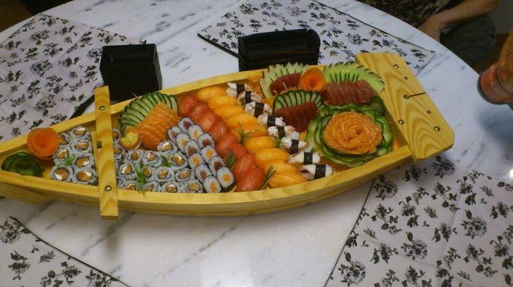 La ricetta del sushi fatto in casa, che è meno difficile di quanto possa sembrare. Si prepara con riso e fettine di pesce crudo, come salmone o pesce spada e si intinge nella salsa di soya dove si è stemperato una punta di wasabi.