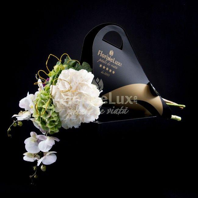 Buchet luxuriant hortensii si orhidee eleganta - cele mai frumoase buchete de flori din lume includ fara doar si poate florile regalitatii: hortensiile si florile divinitatii: orhideele Phalaenopsis