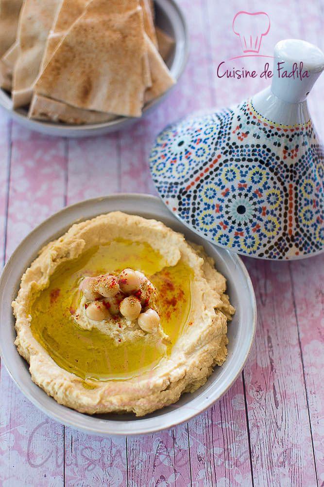 Le houmous un délicieux mezzé originaire du proche orient. une recette végétarienne facile à faire qu'on accompagne souvent de pain arabe ou pain libanais.