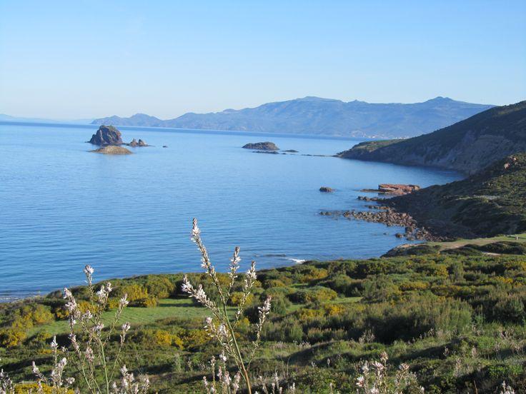 Tresnuraghes, Corona Niedda e, sullo sfondo, Capo Marrargiu (foto Benthos)