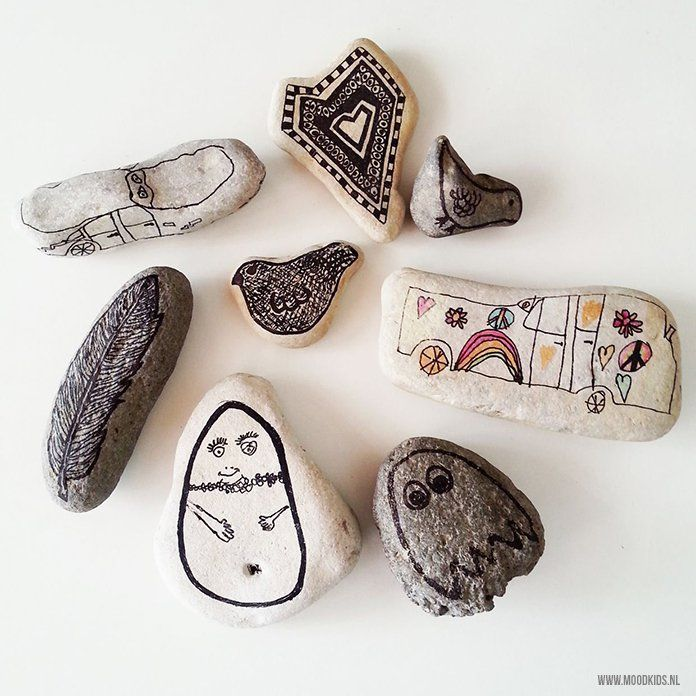 Leuk om te doen met kids op vakantie: stenen verzamelen en  voorzien van een tekening met watervaste pen. Maak zo je eigen souvenirs.