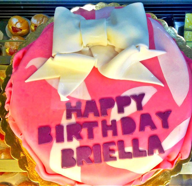 Briella enjoyed for her birthday a girly custom made cake. Inside there was a classic vanilla and chocolate filling and on top a sugar paste decoration.