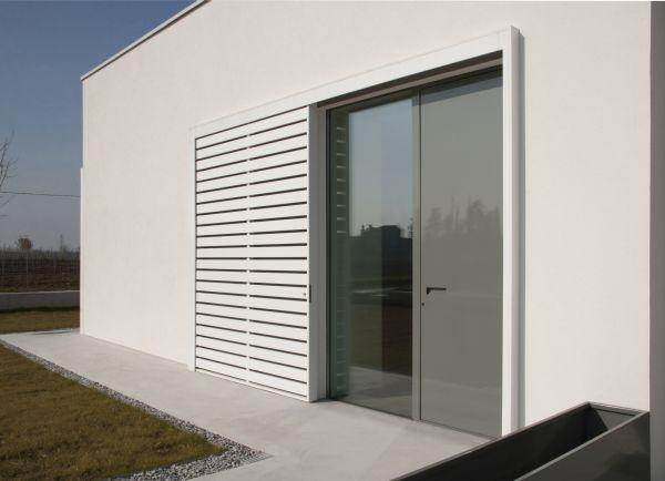 I serramenti in alluminio verniciato grigio grafite assumono un significativo valore architettonico.