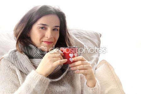 seducente ragazza con i vestiti di lana bere qualcosa di caldo all'interno di San Valentino decorata vetro